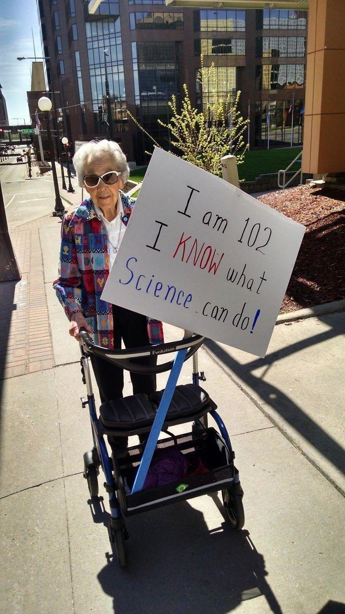 Eu tenho 102 anos. Eu sei o que a ciência pode fazer! (Foto: Reprodução)