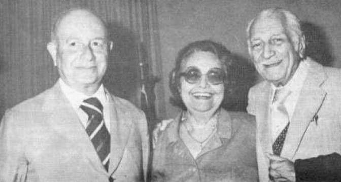 Rachel de Queiroz entre os escritores Adonias Filho e Gilberto Freyre (Foto: Wikimedia Commons)