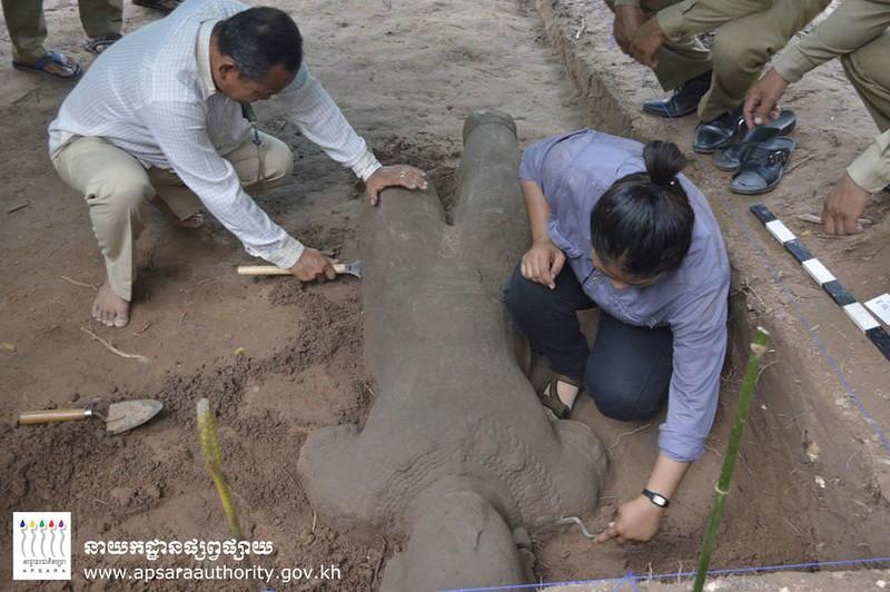Pesquisadores escavam estátua encontrada em Camboja (Foto: Apsara Authority)