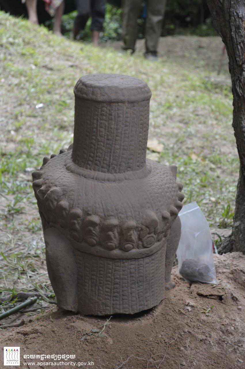 Parte de trás da cabeça da estátua encontrada em Camboja (Foto: Apsara Authority)