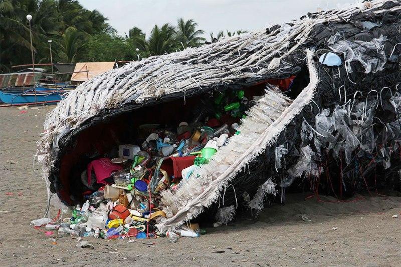 Escultura realista de uma baleia azul feita de plástico para alertar sobre a importância da conscientização sobre a poluição dos oceanos.