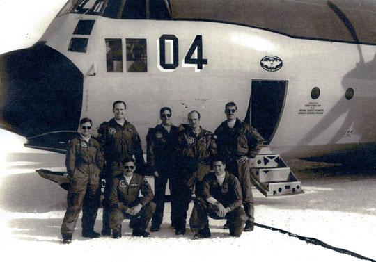 Um avião Lockheed Hercules LC-130F e sua tripulação, equipamento usado pelo Esquadrão VXE-6 na Estação Amundsen-Scott dos EUA no Pólo Sul . Imagem cedida por Brian.