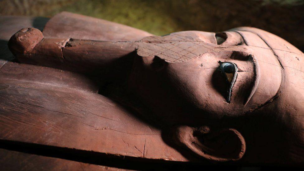 Encontrar uma necrópole com dezenas de caixões de pedra no Egito