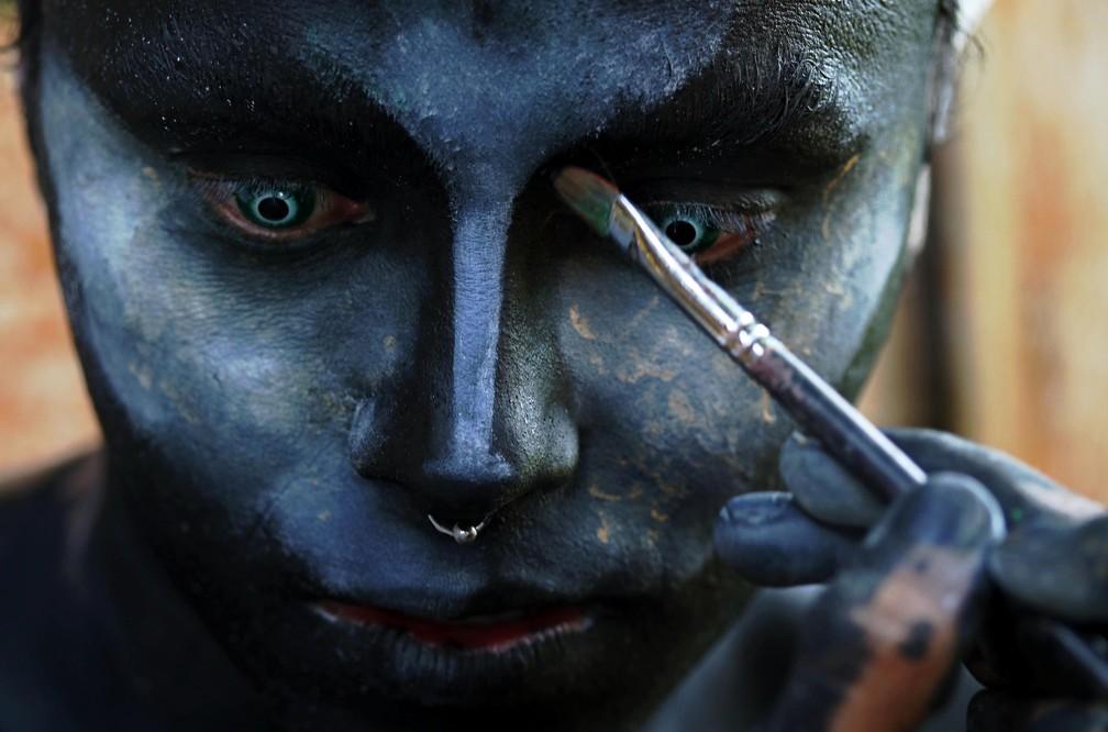 Emerson durante \'metamorfose\'. Ele pede mais proteção aos nossos recursos naturais brasileiros — Foto: Ricardo Oliveira/AFP